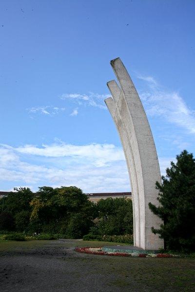 berlinairliftmemorialzmetro.jpg